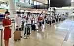 Hãng hàng không Vietjet Air chở các y bác sỹ và vaccine Pfizer vào Thành phố Hồ Chí Minh chống dịch