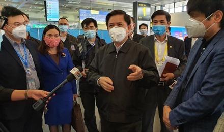 Bộ trưởng Bộ Giao thông vận tải đột xuất kiểm tra công tác phòng chống dịch viêm phổi cấp do virus COVID-19 gây ra tại CHK quốc tế Nội Bài
